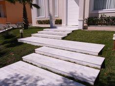 Escada de pedra, saiba mais sobre esse elemento! Outdoor Steps, Front Yard Design, Palm Coast, Front Gates, Garden Steps, Garden Park, House Landscape, Outdoor Living, Outdoor Decor
