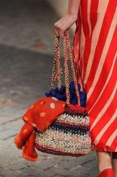Daniela Gregis at Milan Fashion Week Spring 2014 – Crochet Bag İdeas. Crochet Handbags, Crochet Purses, Crochet Bags, Knit Crochet, Mode Crochet, Crochet Shell Stitch, Handmade Handbags, Handmade Bags, Crochet Purse Patterns