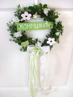 Wunderschöner Blüten-Türkranz mit weißen Bändern (mit Fischen drauf)und grünen Ranken. Verziert mit Holzblüten und Vögelchen. Mit dem Schriftzug: KOMMUNION ein toller Blickfang für den...