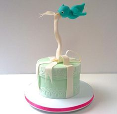 Gravity defying cake with birdie: A parcel cake and a flying bluebird — thanks to a sugar-coated piece of copper pipe Cake Icing, Fondant Cakes, Cupcake Cakes, Crazy Cakes, Fancy Cakes, Bolo Chanel, Decors Pate A Sucre, Cake Structure, Gravity Defying Cake