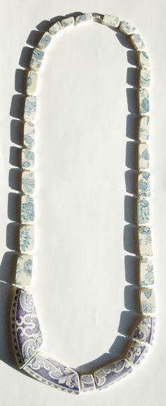 """Juliette Decubber - Collier """"scène de ménage""""    assiette en faïence (Creil et Montéreau), assiette porcelaine, fil polyester, perles en métal"""