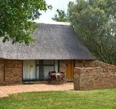 The traditional Berg-en-Dal Rest Camp, which is run by SAN Parks in South Africa, nestles on the bank of the Matjulu Spruit providing a view of rolling hills to the east. Flat Roof House, Mud House, Backyard Covered Patios, African House, Game Lodge, Thatched House, Kerala House Design, Kerala Houses, Cob Houses