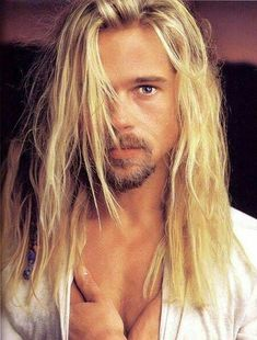 Brad Pitt - Looks awesome with long hair Cabelo Do Brad Pitt, Brad Pitt Hair, Gorgeous Men, Beautiful People, Brad And Angelina, Kris Kristofferson, Jolie Photo, Actors, Hair Lengths