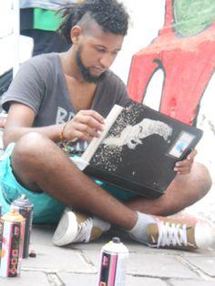 O Fábio Eros é aqui do Brasil, mais precisamente de Porto Alegre. Ele contou pra gente que iniciou no mundo da arte pela sua paixão por desenhar, e que encontrou no graffiti uma forma de por essa arte na rua. Bacana, né?