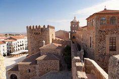 Cáceres, Extremadura. Capital Gastronómica en 2015 y Patrimonio de la Humanidad desde 1986, su centro histórico, con calles empedradas y cuestas por doquier, es destino ineludible por su excepcionalidad arquitectónica. Una ciudad pequeña en tamaño pero grande en posibilidades para el turista y los amantes del buen vino, el mejor jamón y el aceite de oliva de mayor calidad.