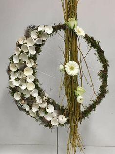 Pin by Nicole Rutt on Bloemschikken Lente Easter Flower Arrangements, Easter Flowers, Door Wreaths, Grapevine Wreath, Crepe Paper Flowers, Easter Wreaths, Table Centerpieces, Diy And Crafts, Floral Design