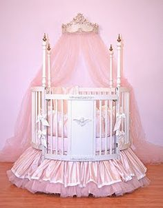 LOVELOVELOVE the idea of a round crib... especially with bedding that cute!