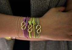 Aprenda a fazer braceletes de cordões coloridos