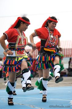 http://www.mytaiwantour.com/ Taiwan aboriginal dancers www.goldenrealmstories.com