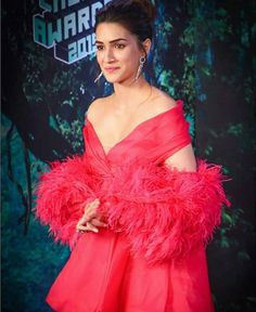 Kriti Sanon Dazzles In Hot Red Feather Outfit At Nickelodeon Kids' Choice Awards 2019 - HungryBoo Bollywood Gossip, Bollywood Fashion, Bollywood Celebrities, Bollywood Actress, Kids Awards, Red Feather, Choice Awards, Actors & Actresses, Celebrity Style