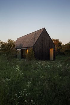 Architecture Photography: Gotland Summer House / Enflo Arkitekter + DEVE Architects Yes. Earthship, Modern Barn, Modern Cabins, Modern Rustic, Cabins And Cottages, Small Cottages, Black House, House In The Woods, Interior Architecture