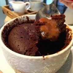 Volcán de Dulce de leche en taza y microondas de 2 minutos! | Inutilisimas Mug Recipes, Sweet Recipes, Baking Recipes, Pan Dulce, Lava Cakes, Cake Shop, Cookies And Cream, Cake Cookies, Love Food