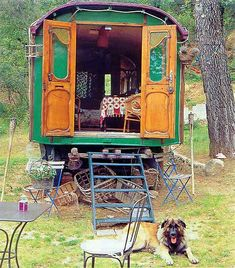 """Roulotte - """"Roulotte"""" is the French word for caravan. In my mind Roulottes are a bit like a mix between a Vardo and a Bauwagen. They have the Bauwagen shape but with more decorative exteriors like Vardos. Gypsy Trailer, Gypsy Caravan, Gypsy Wagon, Glamping, Gypsy Life, Gypsy Soul, Gypsy Living, Shepherds Hut, Deco Boheme"""