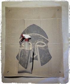 Sieg Hilde: Spartiate peint sur rangement mural  #viking #pagan #spartan #spartiate #sparte #wicca #videpoche #mur #mural #lin #drap #ancien #couture  #surjeteuse #peinture #chalk #chalkpaint #grey #gris #lexcellencecommebut #sieghilde #sieg #france #strasbourg #handcraft #handmade #craft #faitmain #diy #guerrier