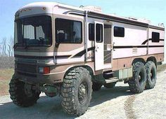 This motorhome is a different take on a monster truck RV.Where would you take this monster truck motorhome that would require this extreme outfitting. Cool Trucks, Big Trucks, Cool Cars, Lifted Trucks, Off Road Rv, Vw T3 Syncro, Hors Route, Kombi Motorhome, Bug Out Vehicle