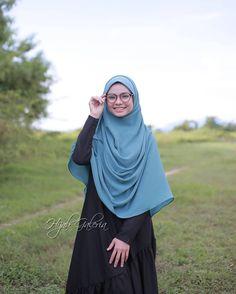 Ada yang tunggu Awning Cotton paling senang bentuk...dari Hijab Galeria...? .  .  Komen satu nama yang sesuai... dan SHARE post ini...   .  .  .  Pemenang akan menerima sehelai tudung eksklusif ini daripada Hijab Galeria...   .  .  .  Pssstt.... Harga TAK SAMPAI RM30 !! Labuh 2.2m x 1m Hijab Style Dress, Casual Hijab Outfit, Ootd Hijab, Girl Hijab, Beautiful Muslim Women, Beautiful Hijab, Muslim Fashion, Hijab Fashion, Hijab Collection