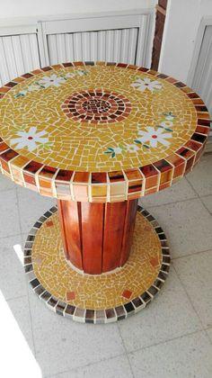 New garden table mosaic projects 34 Ideas Mosaic Tile Art, Mosaic Diy, Mosaic Crafts, Mosaic Glass, Wooden Spool Tables, Cable Spool Tables, Wood Spool, Cable Spools, Mosaic Furniture