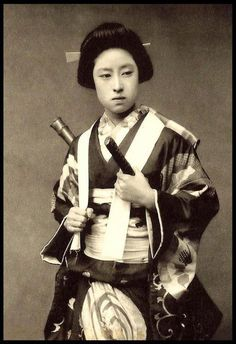 VINTAGE PHOTO OF A FEMALE SAMURAI OR ONNA BUGEISHA