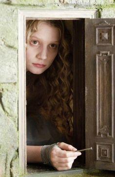 Alicia abrió la puerta y descubrió que daba acceso a un pasadizo muy estrecho, como el de una ratonera. Se arrodilló y pudo observar que comunicaba con el jardín más maravilloso que se pueda imaginar.