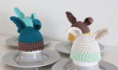 """Ja det er lidt corny med """"æggevarmere"""" men det er som om at det i påsken godt må være liiidt for meget ik :) Som en værtinde gave til årets påskefrokost hæklede jeg derfor disse med kaninører.GOD PÅSKE :DOBS! Opskrifterne…"""