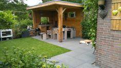 Zelf ontworpen en aangelegde tuin, met eiken overkapping en buitenkeuken, steigerhoutel meubels, betontegels. Van overgebleven tegels plantenbak en houtopslag gemaakt