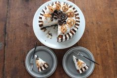 Layered Ice Cream Cake: Oreo crust with layers of Mint Chocolate, Strawberry and Vanilla ice cream and Ice Cream Sandwiches around the outside! Ice Cream Desserts, Ice Cream Flavors, Frozen Desserts, Frozen Treats, Cold Desserts, Summer Desserts, Summer Recipes, Sandwiches, Sandwich Cake