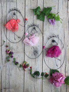 Come un cammeo                                            lei o lui                                       il mio amoreScegli il tuo colore preferito, io scriverò il nome in fil di ferro e sarà solo tuo o  di chi lo riceverà in dono da teLa cornice misura 20x12cm Il fiore di carta realizzato con la tecnica origami è di Lucia di  Fiorigami Ciascuna è consegnata in confezione regalo