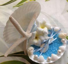 ハワイ仕入れのプルメリア(アーティシャルフラワー)と本物の貝殻を使用したSweet Jewel Corporation大人気リングピローです☆ 海に浮かぶプルメリアをイメージ♡デザインしております。おリボンは①ライトブルー&白のストライプ②ライトブルーサテン☆貝殻のリングピローはプリザーブドフラワーデザイナーSeikoのオリジナルデザインです☆ Wedding/ショップのデコレーションなどにおすすめのアレンジ。ギフト(お誕生日・記念日・お祝い)Sweet Jewel Corporation デザイナーSeikoのアレンジは ハワイのブライダル会社でも大人気☆地元のヘアメイクさん・スタイリストさんの間でも話題のデザインです(^^)※本物の貝殻・本物のお花(永く楽しめる加工)のため 写真とは多少の違いが生じます。ご注文頂いた後アレンジ画像(お届けするアレンジ)を メールでお送りさせて頂いて おります。 貝殻は少し海の香りが致します。 天然の貝殻は多少の色・磯の付着物等ついてる事もあります。 作りものの貝殻ではないので真っ白ではございません色・サイズ お色 :…