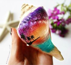 Get inspired with 20 painted sea shell crafts and shell designs. It's easy to decorate your favorite shells and turn them into beautiful shell art. Seashell Painting, Seashell Art, Seashell Crafts, Beach Crafts, Pebble Painting, Pebble Art, Stone Painting, Rock Crafts, Diy Arts And Crafts