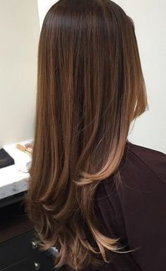 Trendy Hair Style : The talented colorist Evelyn Bilauca shares this gorgeous picture of a brunette hair color she did using the balayage method. Balayage means hand painting on the color and not using foils. The tech… Balayage Brunette, Brunette Hair, Dark Balayage, Bayalage, Balayage Straight Hair, Dark Brunette, Balayage Color, Hair Highlights, Caramel Highlights