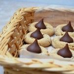 Peanut Butter Blossoms are made with chewy peanut butter cookies and sweet chocolate kiss centers. They are as fun to make as they are to eat! Peanut Butter Blossom Cookies, Chewy Peanut Butter Cookies, Yummy Cookies, Cupcake Cookies, Yummy Treats, Sweet Treats, Yummy Food, Cupcakes, Kiss Cookies