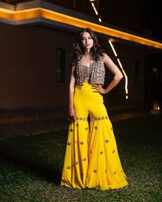 The latest trend for girls these days is pairing up a sharara with a short kurti design and jacket to add that perfect grace to your outfit. Indian Fashion Dresses, Dress Indian Style, Indian Designer Outfits, Designer Dresses, Fashion Outfits, Frock Fashion, India Fashion, Ethnic Fashion, Indian Wear