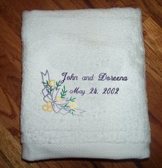 Bath sheet embroidered in the wedding colors