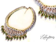 handmade Statement-Kette in Grau mit grünen Akzenten aus Gliederkette (Metall), Textilgarn, Wolle, Kordel (100 % Baumwolle) und Perlen; Länge: 52 cm + 5 cm Verlängerung; Preis: 34,95 €