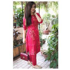 ----SOLD---- //Shop this : Ready to wear [Size : S, M] 💕 Doriya Kurta {golden handblock print} & Pants Set More collection coming up soon! Punjabi Dress, Pakistani Dresses, Indian Dresses, Indian Outfits, Punjabi Suits, Salwar Suits, Salwar Designs, Blouse Designs, Indian Attire