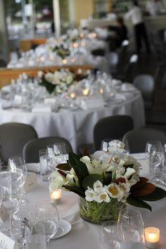 centro de mesa bajo con flores blancas y piedras en la base!