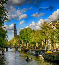La mágica Ciudad de Amsterdam combina sus extensos canales y numerosos puentes con la original arquitectura de los siglos XVI y XVII concentrados en una pequeña superficie. Las obras de famosos artistas como Rembrandt y Van Gogh se pueden admirar en los Museos de Amsterdam y caminando la ciudad Amsterdam nos ofrece la historia viva de una de las ciudades mas bellas y románticas de Europa.