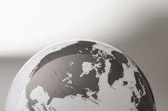 Design-Leuchtglobus Atmosphere Light & Colour Charcoal EUR 99,00 #interiorinspiration #decorinspiration #apartmenttherapy #decorhome #apartmentlife #abmathome #interiorinspo #interiorideas #interiorarchitecture #madeinitaly #design #worldmap #globes #danishdesign #interiordesign #designlamps