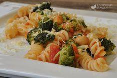 La pasta alla contadina è un primo piatto preparato con ortaggi semplici come i broccoli, che si sposano benissimo con i ceci e il colore e il sapore del pomodoro.