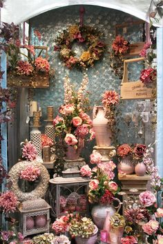 Find tips and tricks, amazing ideas for Store window displays. Discover and try out new things about Store window displays site Florist Window Display, Store Window Displays, Display Window, Flower Shop Decor, Flower Shop Design, Flower Shops, Flower Shop Displays, Design Shop, Decoration Hall