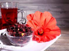 Ingredientes •1 litro de água •2 colheres de sopa de hibisco seco Modo de fazer Esquente a água até formar bolinhas e desligue antes de levantar fervura. Adicione as folhas secas de hibisco e cubra a panela. Deixe por 5 a 10 minutos e consuma em seguida. Chá de hibisco