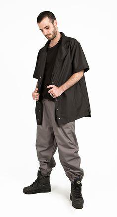 Camisa Himeji hombre lateral negra. ArtePorvo #himeji #moda #fashion #modahombre #modamasculina #hombre #arteporvo #arteporvounestadomental #camisa #camisahimeji #hombre #elegancia #style #fashion #urbanfashion #modaalternativa #radical #camisanegra https://arteporvo.com/ropa-accesorios/camisa-himeji-hombre/