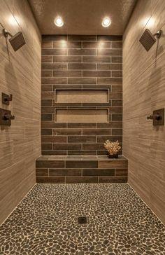 carrelage rectangulaire aux murs et sol mosaique galet naturel, deux grandes tetes de douche