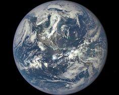 Este lunes la NASA ha publicado la primera imagen completa de la Tierra, tomada por el el Observatorio del Clima del Espacio Profundo (DSCOVR). No es una foto cualquiera, es la primera imagen en donde se puede ver el globo terráqueo en toda su totalidad desde 1972. De acuerdo con la NASA el color azulado […]
