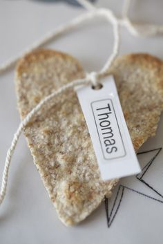 Livs Lyst: SPISELIGE BORDKORT Wedding Snacks, Wedding Decorations, Table Decorations, Place Settings, Gingerbread, Holiday, Christmas, Place Cards, Projects To Try
