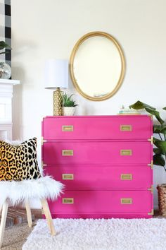 How to paint a dresser painted campaign dresser This BEST tutorial on how to paint furniture quickly&; How to paint a dresser painted campaign dresser This BEST tutorial on how to paint furniture quickly&; Commode Rose, Gold Painted Furniture, Hot Pink Furniture, Painting Furniture, Distressed Furniture, Campaign Dresser, Pink Dresser, Colored Dresser, Deco Addict