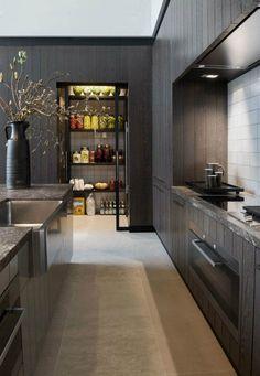 garde-manger de design moderne dans la cuisine en bois noir avec carrelage blanc et gris