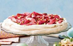 Bag en lækker marengsbund og fyld den med rabarberkompot og flødeskum. Nem dessert, som alle kan lide.