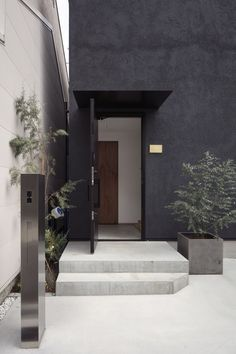 case525 | フリーダムアーキテクツデザイン House Paint Exterior, Exterior House Colors, Interior And Exterior, Dark Grey Houses, Dark House, Narrow House, Minimalist Architecture, House Entrance, Japanese House