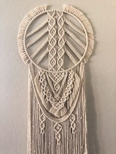 Good Pics Macrame Wall Hanging circle Strategies Macrame has returned any way you like! Should your design and style can be actually a bit boho, some Macrame Wall Hanging Diy, Macrame Plant Holder, Macrame Curtain, Macrame Cord, Macrame Knots, Micro Macrame, Modern Macrame, Large Dream Catcher, Macrame Design